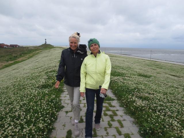 Grace & Annelie auf dem Weg zum 1. Lütetsburg AK 50 Sponsor Wietjes, den Grace als Insulanerin für uns angesprochen hat.