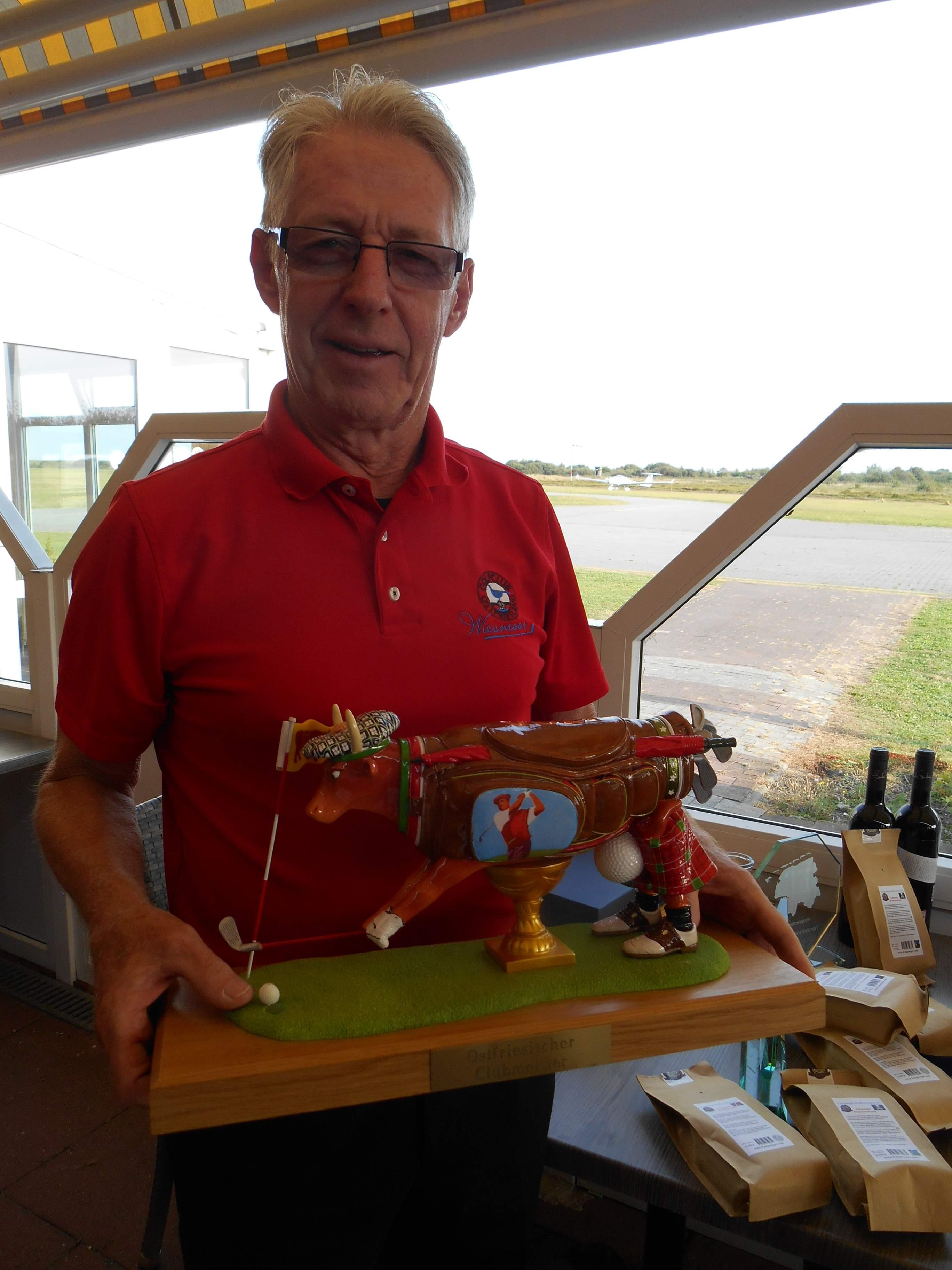 Hans ist der Gründer der Ostfriesischen Golfmeisterschaften und präsentiert stolz den Wanderpokal