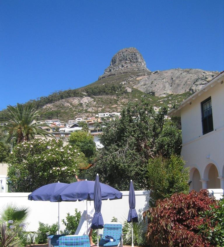 """Terrasse """"Walden Suits"""", Fresnaye, Cape Town mit Lions Head im Hintergrund"""